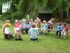 Děti ve volných chvílích cvičí na Loučení se školním rokem.