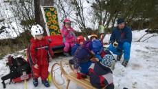 a zatímco lyžaři svačí