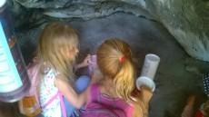 Krom krásného výhledu předškoláci v jesknyni našli zvláštní tubusy plné dárečků.