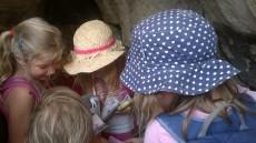 Pak jsme dlouhou dobu obdivovali cestopisné knížky, mapy, lupy, korále a hlavně fotoknížky každého z předškoláků.