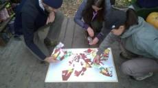 Děti pro rodiče vyrobily velkou záludnost - vlastnoručně kreslené a s láskou stříhané puzzle.
