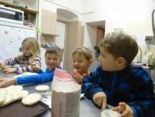 předškoláci připravují svačinu ....